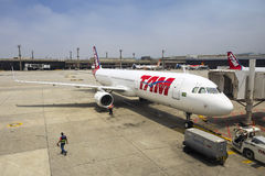 TAM Airlines Airbus 320 parqueado en el aeropuerto internacional de Brasilia, el Brasil Imagen de archivo libre de regalías