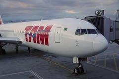 TAM Airlines Boeing 767 no alcatrão Imagens de Stock