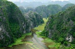 Tam Coc -在市的一个普遍的旅游目的地Ninh附近Binh在北越南 免版税库存照片