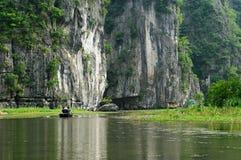 Tam Coc -巴赫东是一个普遍的旅游目的地在市Ninh附近Binh在北越南 图库摄影