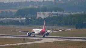 TAM Linhas Aereas Boeing 777, das nach der Landung bremst stock video
