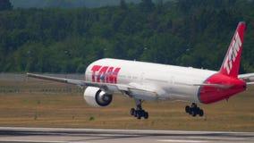 TAM Linhas Aereas näherndes Boeing 777 stock footage