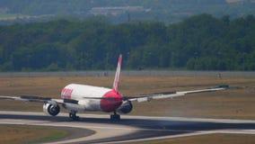 TAM Linhas Aereas näherndes Boeing 777 stock video footage