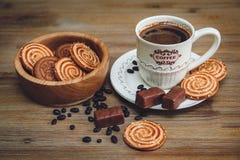 Tam są ciastka, cukierek, Czekoladowi grochy, maczek; Porcelana spodeczek i nakrętka z Coffe, Smakowity Słodki jedzenie na Drewn Obraz Stock