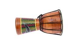 Tam-Tam барабанчика Djembe белизна изолированная предпосылкой Стоковые Фото