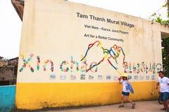 TAM THANH,三歧市,越南- 2017年3月16日:被绘的墙壁,街道艺术在Tam Thanh壁画村庄 免版税库存照片