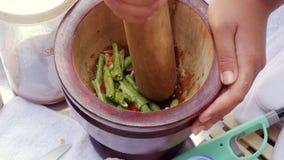 Tam vert de pr?paration de som de salade de la papaye des femmes tha?landaises en mortier en bois avec le pilon Fin vers le haut  banque de vidéos