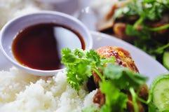 Tam vietnamiano com pés de frango frito, carne de porco do arroz quebrado ou da COM fotografia de stock