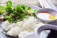 Tam vietnamiano com pés de frango frito, carne de porco do arroz quebrado ou da COM foto de stock