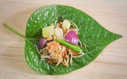 Tamaño envuelto hoja de la mordedura del betel del aperitivo tailandés Fotografía de archivo