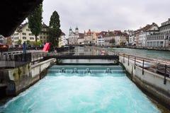 Tama przez Reuss rzekę w lucernie, Szwajcaria zdjęcia stock