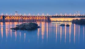 Tama przy nocą Piękny przemysłowy krajobraz fotografia royalty free