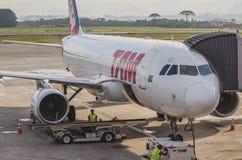 TAMA samolot przy Curitiba lotniskiem zdjęcie royalty free