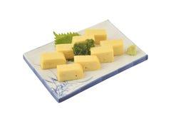 Tamago在白方块盘设置了 甜煎蛋卷或春卷在Japaneses传统样式 免版税库存图片