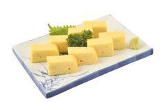 Tamago ustawiający w białego kwadrata naczyniu Słodki omlet lub jajeczna rolka w japończyk tradyci stylu Zdjęcia Stock