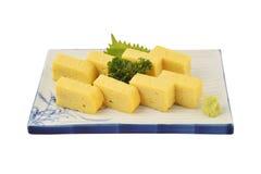 Tamago ustawiający w białego kwadrata naczyniu Słodki omlet lub jajeczna rolka w japończyk tradyci stylu Obrazy Stock