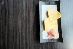 Tamagoyaki il giapponese ha rotolato l'omelette con lo zenzero marinato immagine stock libera da diritti