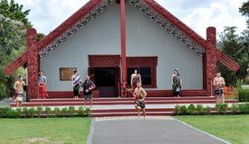 Tamaki Maoryjscy tancerze w tradycyjnej sukni przy Whakarewarewa Termicznym parkiem zdjęcia royalty free