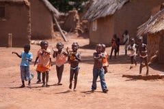 TAMAL, GHANA ï ¿½ 24 de marzo: El africano joven no identificado embroma greeti foto de archivo
