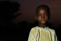 TAMALE, GANA ï ¿ ½ o 23 de março: Menino africano não identificado com e escuro Fotos de Stock Royalty Free