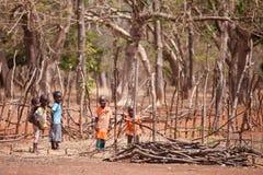 TAMALE, GHANA ï ¿ ½ 24 mars : Le jeune Africain non identifié badine le greeti Photographie stock libre de droits