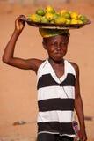 TAMALE, GHANA ï ¿ ½ MARZEC 22: Niezidentyfikowana młoda afrykańska dziewczyna niesie Zdjęcie Stock