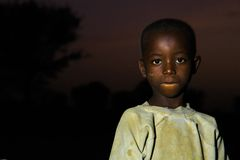TAMALE, GHANA ï ¿ ½ 23 marzo: Ragazzo africano non identificato con la e scura Fotografie Stock Libere da Diritti