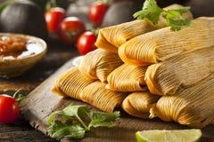 Tamales hechos en casa del maíz y del pollo Imagen de archivo