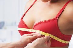 Tamanho de medição do peito Imagens de Stock Royalty Free