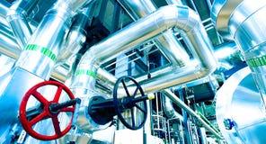tamanho diferente e tubulações e válvulas dadas forma no central elétrica Imagem de Stock