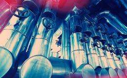 tamanho diferente e tubulações e válvulas dadas forma no central elétrica Foto de Stock