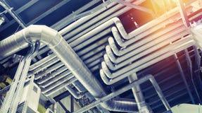 Tamanho diferente e tubulações e válvulas dadas forma em um central elétrica Fotos de Stock