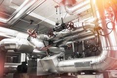 Tamanho diferente e tubulações e válvulas dadas forma na fábrica fotografia de stock