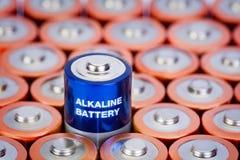 Tamanho do AA da pilha alcalina com foco seletivo na única bateria Imagens de Stock