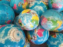 Tamanho do mapa do mundo do globo mini, fundo imagens de stock royalty free