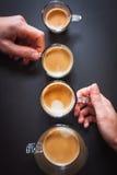 Tamanhos diferentes das xícaras de café fotos de stock