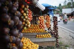 Tamarillo, limefruktapelsin och mangosteen på stallen i Medan Indonesien Arkivbilder
