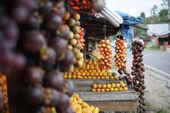 Tamarillo, limefruktapelsin och mangosteen på stallen i Medan Indonesien Royaltyfria Bilder
