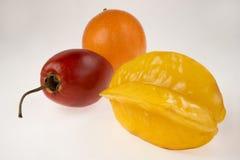Tamarillo, passiflore, carambolier - trois fruits exotiques sur un fond blanc photos libres de droits