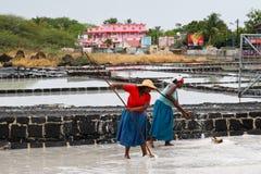 TAMARIN, MAURITIUS - 30. OKTOBER: Zwei nicht identifiziertes Frauen desalina Stockfotografie