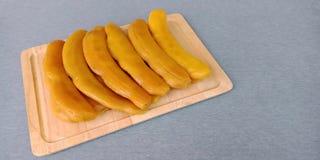 Tamarindo conservado en vinagre: fruta dulce preservada del tamarindo en fondo gris imagen de archivo libre de regalías