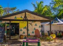 Tamarindo, Costa Rica, 26 giugno, 2018: La vista all'aperto di costruzione hostal, usata per ospitare i turisti in tamarindo tira fotografia stock libera da diritti