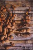 Tamarindos (Tamarinden) auf Küchentisch Lizenzfreie Stockfotos