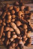 Tamarindos (Tamarinden) auf Küchentisch Stockfoto