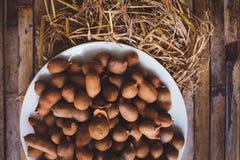 Tamarindos (Tamarinden) auf Plattenküchentisch Stockfotografie