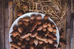 Tamarindos (tamarindos) na mesa de cozinha da placa Foto de Stock
