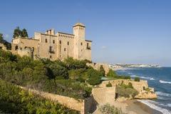 Tamarit城堡安置了在峭壁在地中海海岸在塔拉贡纳,西班牙 免版税库存图片