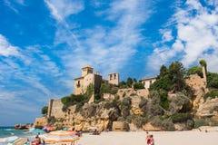 Tamarit Spanien - 06/15/2016 Tamarit forntida slott, sikt från th Royaltyfri Bild