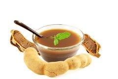 Tamarynda soku wodna pasta lub polewka w pucharze z mennicą Zdjęcie Royalty Free