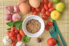 Tamato för ägg för IngredientFood äggTamato WoodBackground mat Wood organiskt organiskt Royaltyfri Foto